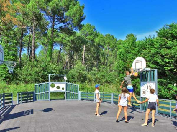 partie de basket terrain sport et activités de plein air