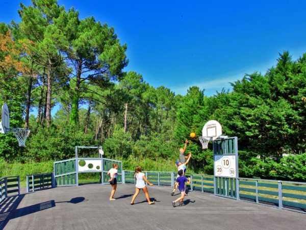partie de basket sur le terrain multisport du camping la côte