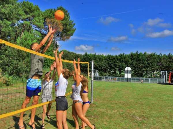 partie de volleyball vacances en camping et activités de plein air